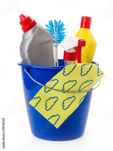 Putzeimer mit Reinigungsmitteln, Bürste und Reinigungstuch - 78745529