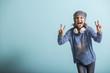 Leinwanddruck Bild - Freches Mädchen macht Victory Zeichen