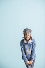 Freches Mädchen streckt Zunge raus