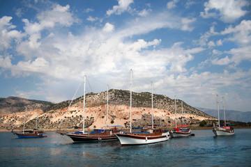 Яхты на фоне острова и обалков