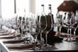 Leinwandbild Motiv gedeckter Tisch mit Weingläsern