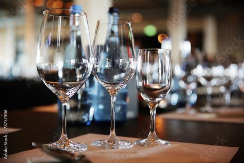 Papiers peints Table preparee gedeckter Tisch mit Weingläsern
