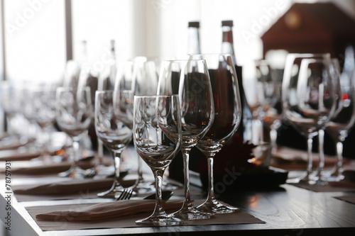 gedeckter Tisch mit Weingläsern - 78757931