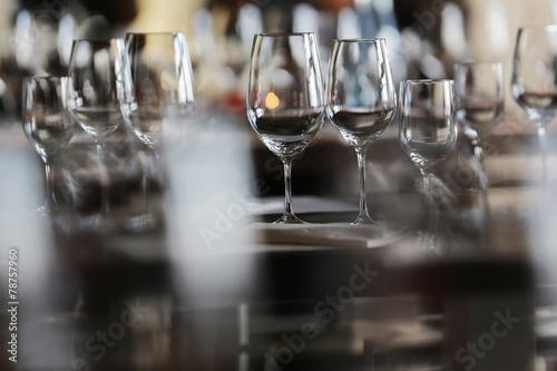 Leinwanddruck Bild gedeckter Tisch mit Weingläsern