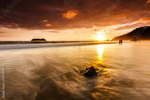 Fotobehang Centraal-Amerika Landen Sonnenuntergang an der Playa Espadilla in Costa Rica