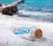 Leinwanddruck Bild - Flaschenpost, Treibgut am Strand