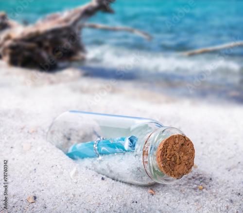 Leinwanddruck Bild Flaschenpost, Treibgut am Strand
