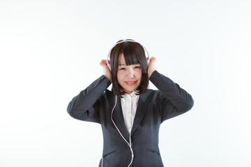 ヘッドホンで音楽を聴く女性