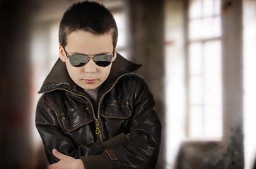Kind mit Lederjacke