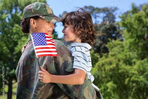 Leinwanddruck Bild Soldier reunited with her son