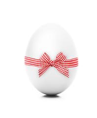 Weißes Ei mit Schleife