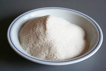 farina bianca per polenta su piatto