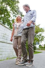 Paar Senioren geht spazieren in der Stadt