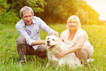 Paar mit Golden Retriever als Haustier