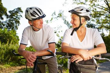 Paar Senioren mit Fahrrad und Helm