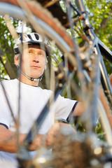 Mann bei Reparatur von Fahrrad