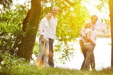 Senioren machen Ausflug im Sommer