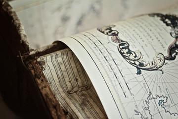 Antike Weltkarte in Truhe