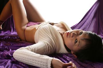 Schöne asiatische Frau liegend