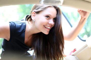 Mädchen blickt in ein Fahrzeug
