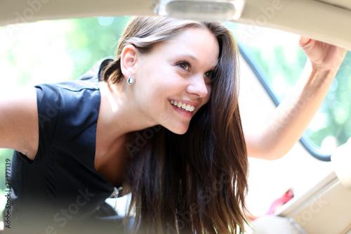 canvas print picture Mädchen blickt in ein Fahrzeug