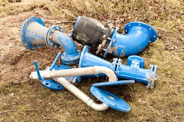 Verschiedene Rohrstücke aus Gusseisen für Wasserleitungen