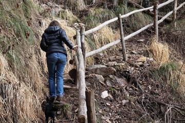 Frau geht steilen Wanderweg