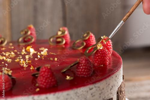Himbeer-Mohn-Amaretto-Mousse Torte - 78795344
