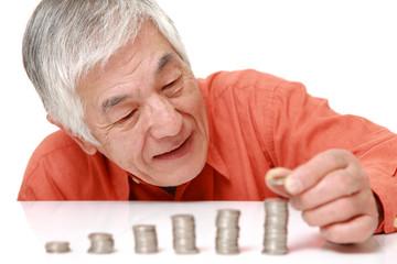 着実に貯蓄を増やす高齢者
