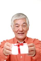 プレゼントを贈る高齢者
