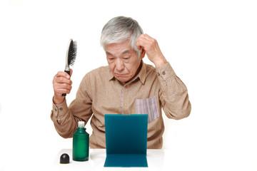 抜毛を心配する高齢者