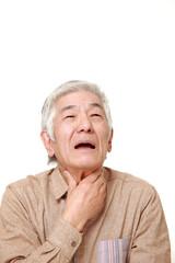 喉が痛む高齢者