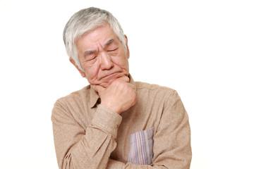 考え込む高齢者