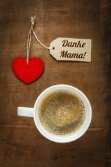 Kaffeetasse und Herz auf Holzuntergrund, Muttertag