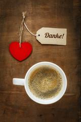 Kaffeetasse und Herz auf Holz, Grusskarte, Danke