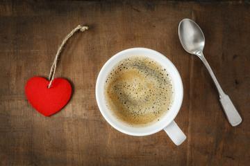 Kaffeetasse und Herz auf Holz, Valentinstag, Muttertag