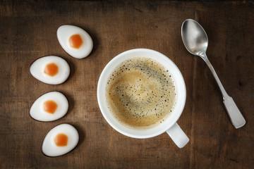 Ostern, Kaffeetasse mit Fondant-Eier auf Holzuntergrund