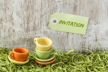 Miniatur-Geschirr auf Holzuntergrund, Picknick