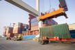 Prace przy załadunku kontenerów w porcie - 78804519