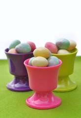 petits œufs de Pâques dans coquetiers