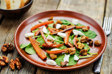 salad with spinach, mozzarella, walnuts and caramelized carrots.