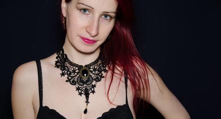 Ragazza con collana nera gotica