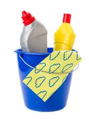 Putzeimer mit Reinigungsmitteln und Reinigungstuch