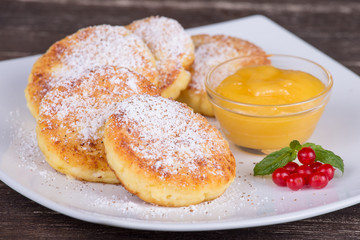 Cheese pancakes with honey