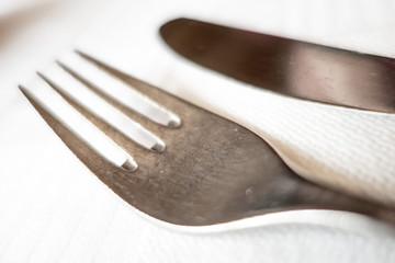 Forchetta e coltello sulla tavola apparecchiata