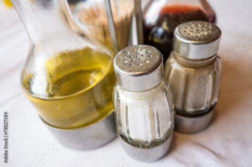 Set oliera, acetiera, saliera su tavola apparecchiata