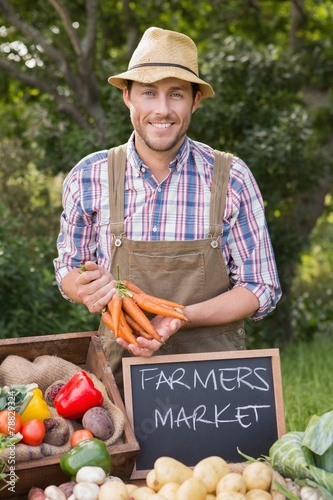 Deurstickers Boodschappen Farmer selling organic veg at market