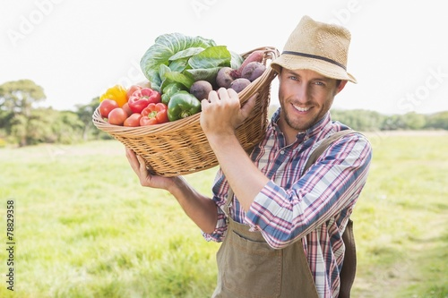 Deurstickers Situatie Farmer carrying basket of veg