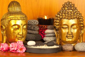 couple de bouddhas dorés, galet zen, yin yang