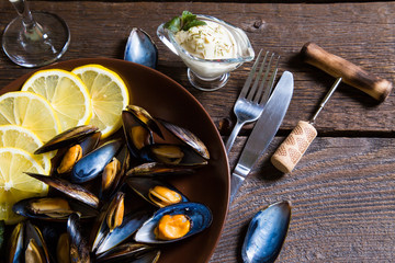 Cooked mussels with lemon and white wine
